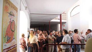 Los aficionados aguardan cola en la plaza de toros de La Malagueta para sacar los abonos. FOTO: Javier Albiñana