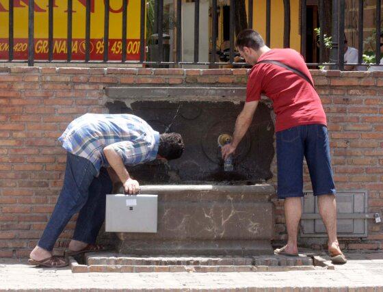 El agua se hace imprescindible para mitigar los efectos de las altas temperaturas que vienen registrandose en Granada este verano.