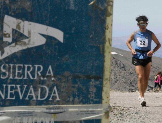 En la categoría femenina, la murciana Esther Sánchez se permitió hacer la mitad de la carrera casi andando. En el kilómetro treinta, la ganadora se separó de sus competidoras y cinco kilómetros más tarde comenzó la travesía a pie.  Foto: Miguel Rodriguez