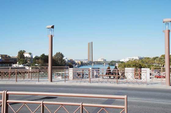 Imagen virtual de la Torre Cajasol desde el Puente de San Telmo.