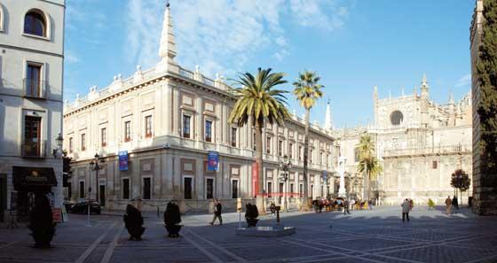La Plaza del Triunfo y la Catedral, con el alzado virtual de la torre en rojo desde la Puerta del León del Alcázar.