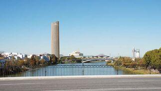 Imagen virtual de la Torre Cajasol desde el Puente de Triana.