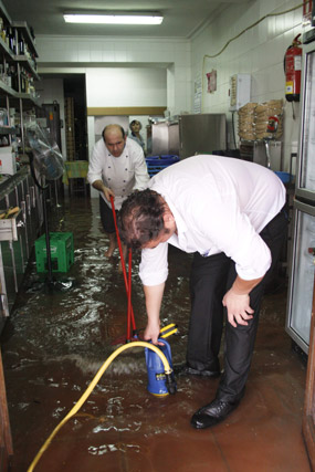 Empleados y responsables de los locales achicaron agua con los objetos que disponían. FOTO:Javier Flores