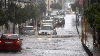Un coche intenta cruzar la calle Virgen de la Paz en Ronda, inundada de agua a causa de la tromba de agua. FOTO:Javier Flores