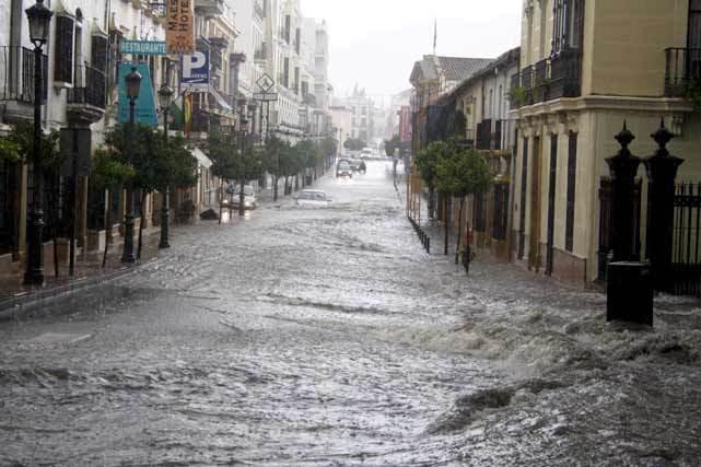 La calle Virgen de la Paz de Ronda, convertida en un auténtico río de agua debido a los 32 litros por metro cuadrado que cayeron en un hora. FOTO:Javier Flores