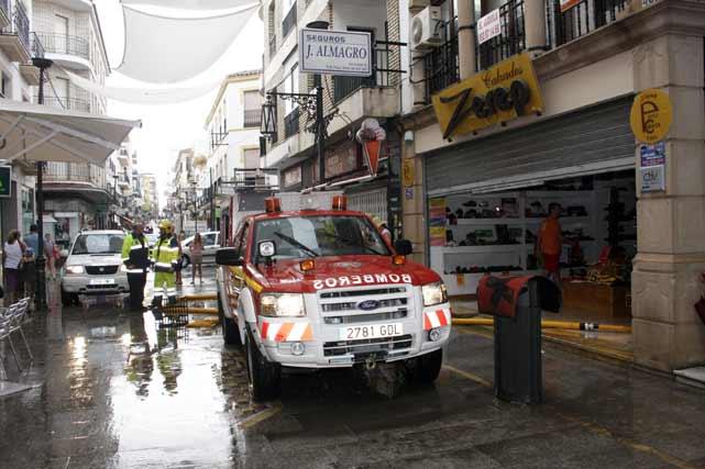 Los bomberos realizaron 32 intervenciones y tuvieron que rescatar a cuatro personas que quedaron atrapadas en sus casas. FOTO:Javier Flores