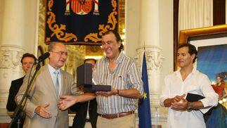 El Alcalde de Málaga entrega a Lorenzo Saval, autor del cartel de la feria, una reproducción del edificio del Ayuntamiento como muestra de agradecimiento de su dedicación a esta fiesta.