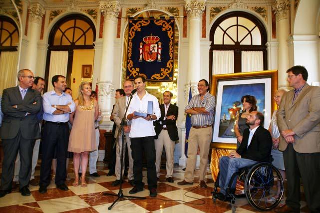El Alcalde de Málaga entrega a Manuel Bandera, pregonero de la Feria 2009, una reproducción del edificio del Ayuntamiento como muestra de agradecimiento de su dedicación a esta fiesta.