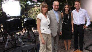 El equipo de informativos de Antena 3 junto con Francisco de la Torre en la Alcalzaba, escenario desde el que se emitirá el programa. FOTO:Javier Albiñana