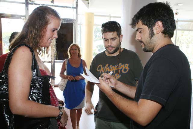 Los hermanos Estopa firman un autógrafo a una de sus fans de la capital malagueña durante su visita al Museo Municipal.