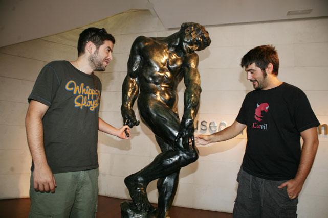 Estopa mira con atención la escultura.
