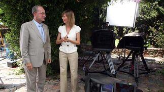 Pilar Galán, dialoga con el Alcalde de Málaga. FOTO:Javier Albiñana