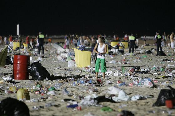 Una joven parece perdida entre bolsas de plástico, botellas y restos de comida.   Foto: Lourdes de Vicente