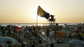 Una bandera del Cádiz ondeaba en plena playa.   Foto: Lourdes de Vicente