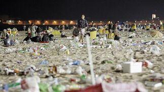 Sombrillas, neveras y otros enseres fueron abandonados en la arena.   Foto: Lourdes de Vicente