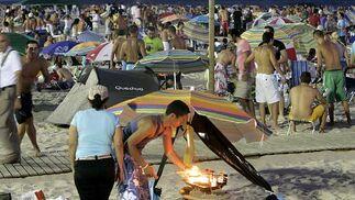 Con la caida del sol comenzaron a encenderse las brasas.   Foto: Lourdes de Vicente