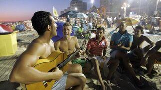Las guitarras animaron la noche en algunos grupos.   Foto: Lourdes de Vicente