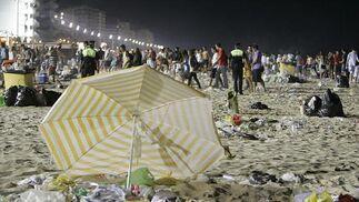 Una sombrilla abandonada en la arena.   Foto: Lourdes de Vicente