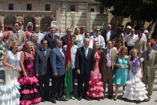 Javier Ojeda, abanderado de la Feria de Málaga 2009, a las puertas del Santuario de la Victoria, última parada de la comitiva oficial. FOTO: Migue Fernández