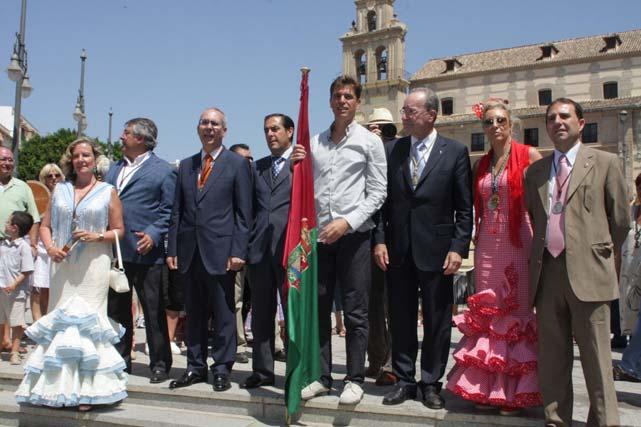 Javier Ojeda junto con miembros de la corporación municipal a las puertas del santuario.  FOTO: Migue Fernández