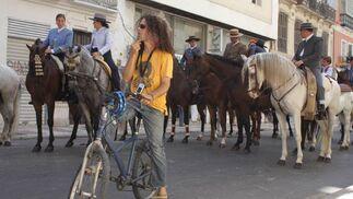 Junto a la manada de caballos se podían descubrir algunos  tímidos ciclistas que se quisieron sumar a la romeria. FOTO: Migue Fernández