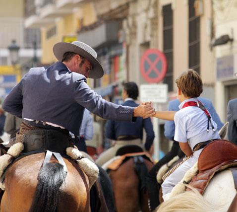 Romeros mayores y pequeños vistieron sus mejores galas durante un camino que dió comienzo a las doce del mediodía y que acabó en el santuario de la patrona de Málaga. FOTO: Migue Fernández