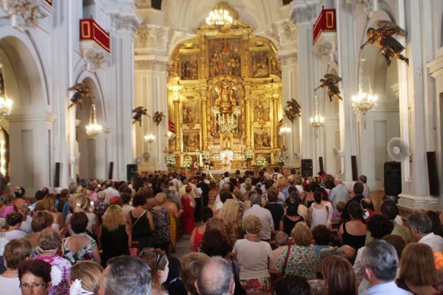 En el Santuario de la Victoria se congregaron cientos de malagueños para realizar la ofrenda floral a la Virgen. FOTO: Migue Fernández