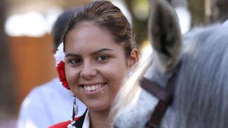 Una joven junto a su caballo. FOTO: Migue Fernández