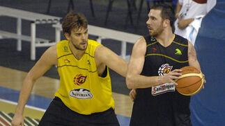 Marc Gasol y Carlos Cabezas durante el entrenamiento de la Selección./ Manuel Gómez