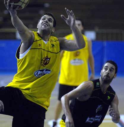 Felipe Reyes se dispone a encestar un balón ante la mirada de Navarro.  Foto: Manuel Gómez