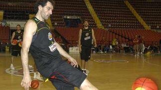 Garbajosa juega con el balón como si de una pelota de fútbol se tratase.  Foto: Manuel Gómez