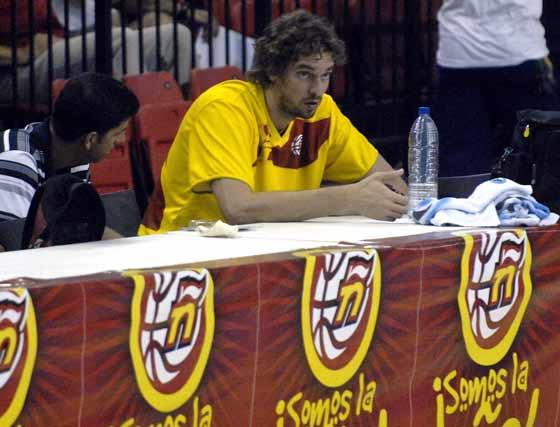 Pau Gasol observa sentado a sus compañeros.  Foto: Manuel Gómez