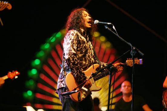 Raimundo Amador durante su actuación en la Caseta de la Juventud.