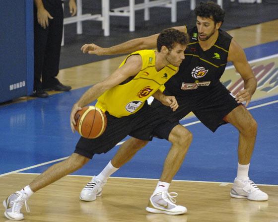 Víctor Claver juega contra Álex Mumbrú en el Pabellón Municipal de San Pablo./ Manuel Gómez