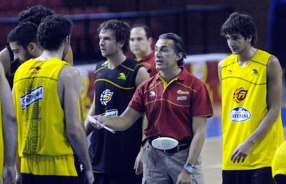 Los jugadores de la selección observan atentamente al entrenador.  Foto: Manuel Gómez