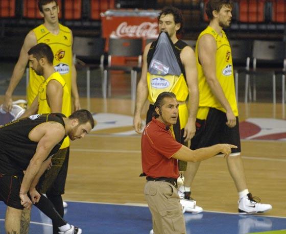 El seleccionador nacional, Sergio Scariolo, da indicaciones a los jugadores./ Manuel Gómez