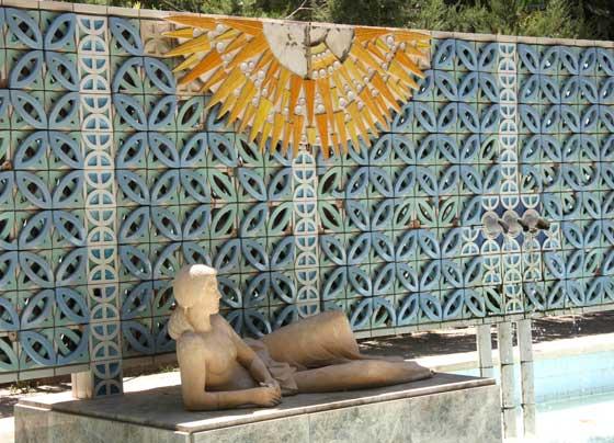 La fuente de la glorieta de Luis Montoto luce también con algunas baldosas del zócalo caídas.  Foto: B.Vargas