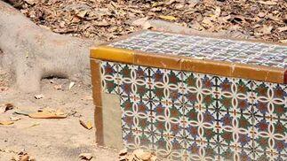 Más azulejos caídos en uno de los bancos.  Foto: B.Vargas