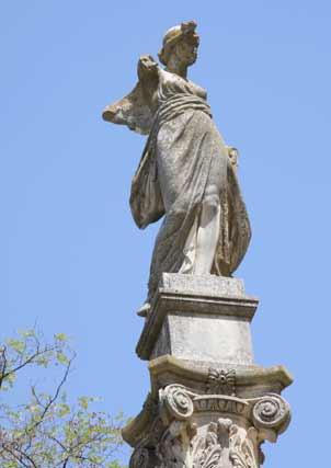 Algunos monumentos lucen en este estado de dejadez.  Foto: B.Vargas