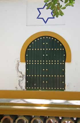 La paredes de algunos edificios también lucen con grietas.  Foto: B.Vargas