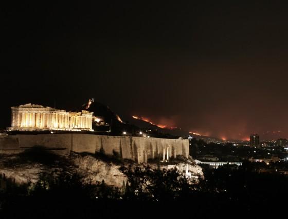 La Acrópolis en Atenas con las llamas del incendio como fondo, este ya está a menos de 30 kilómetros de la capital Griega.  Foto: AFP