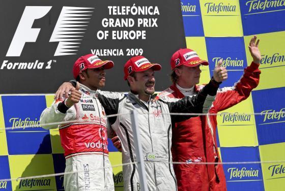 Barrichello, Hamilton y Raikkonen en el podio tras lograr la primera, segunda y tercera posición repectivamente