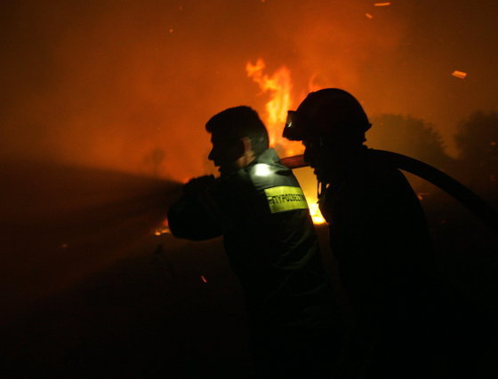 Bomberos intenta apagar el incendio en en la ciudad griega de Marathon, esta ya es la tercera noche de lucha contra las llamas para los vecinos de la zona.  Foto: Efe