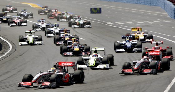 El corredor británico Hamilton de la escudería McLaren conduce su monoplaza por delante del resto de coches derante el Gran Premio de Europa