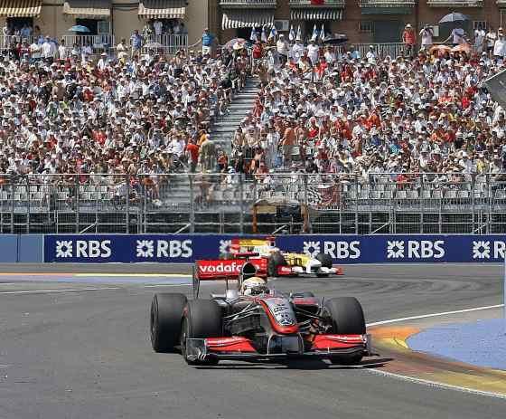 Hamilton seguido de Alonso durante la carrera