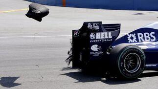 El piloto japonés Kazuki Nakajima, de Williams, pierde un neumático durante el Gran Premio de Europa