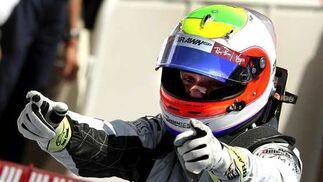 El piloto brasileño de la escudería Brawn, Rubens Barrichello, celebra su victoria en el Gran Premio de Europa de Fórmula Uno