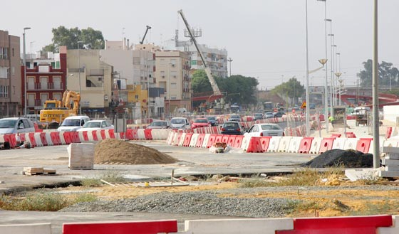Segunda fase de las obras del bulevar de Bellavista con motivo del desmontaje de la pasarela peatonal que une el barrio con el hospital./ Belén Vargas