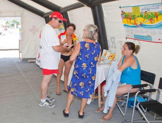 Varias personas se hacercan a la Cruz Roja para realizar algunas consultas.  Foto: Salvador Rodriguez Caña