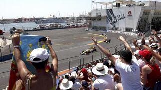Los aficionados aplauden al paso de Alonso